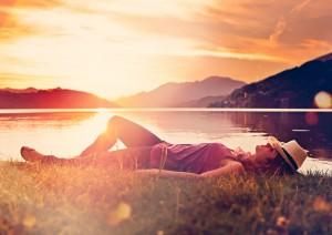 girl lying in sunset on a meadow_Geldheldin